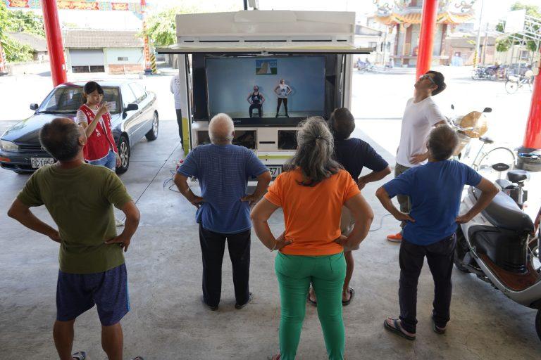 青銀智慧行動車讓檢測儀器與健促教練一同進社區,從西屯區在地社區開始,步步推展智能高齡生活