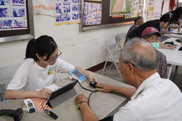 「來,阿公阿嬤手借我一下,幫您測一下血氧唷。」健康檢測儀器幫助長輩了解目前的身體狀態,以利運動處方籤的規劃與評估