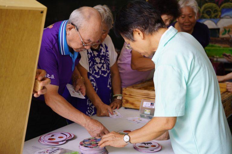 活動現場還有童趣的高齡認知教具供長輩體驗。拿起紙牌、彈珠,長輩眼中都興奮地閃爍著光芒