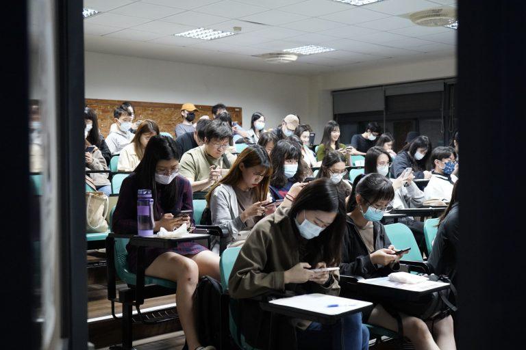 同學打開手機掃描QRCODE,作答講者帶來的樂齡議題線上表單,共創數位學習。
